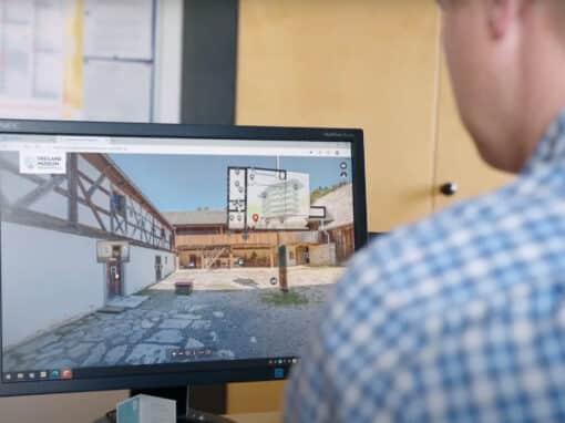 Felix Schäffer bei seiner Arbeit am Computer