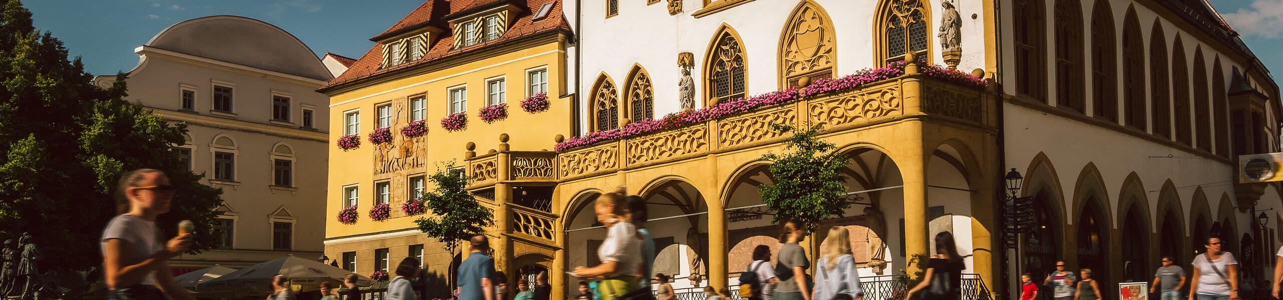 Marktplatz mit Blick auf das Amberger Rathaus
