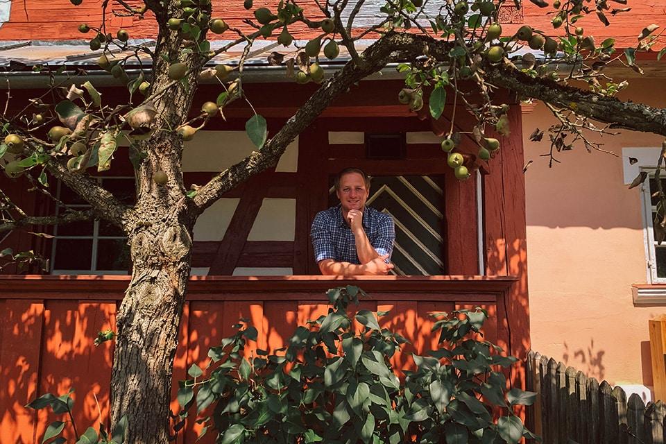 Felix Schäffer im Porträt mit Birnbaum - frontal / nah
