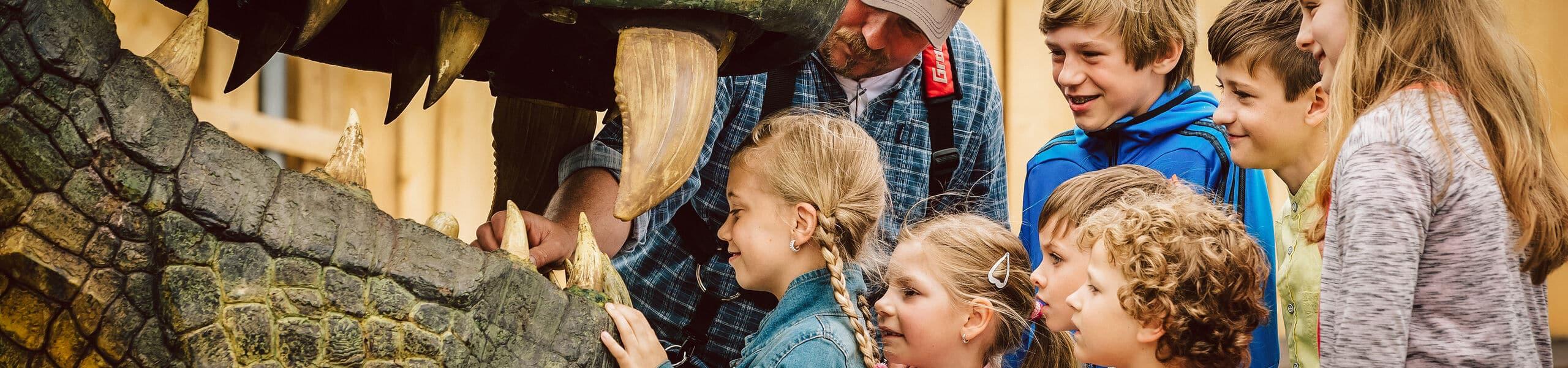 Kinder schauen ins Maul des berühmten Further Drachens
