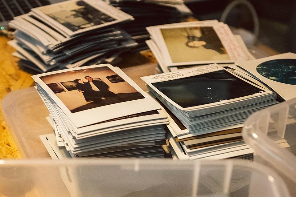 Evi Lembergers Polaroids liegen auf einem Tisch