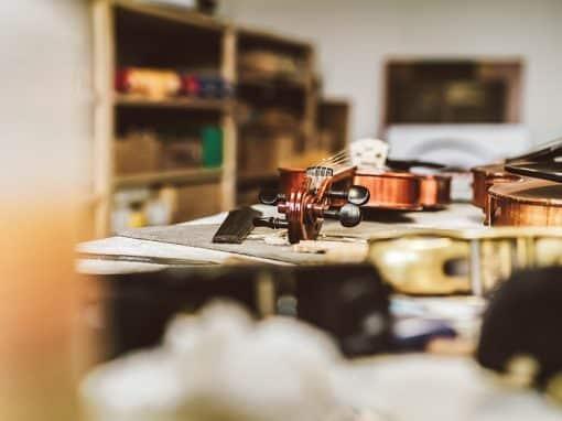 Eine Geige liegt auf einem Tisch