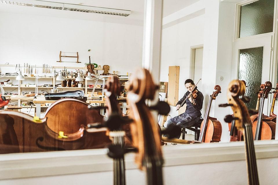 Geigenbauerin Judith spielt auf einer Geige