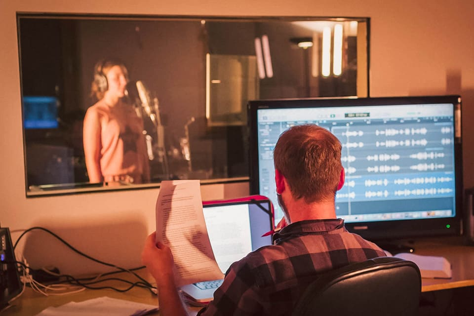 Mario Weiß sitzt in seinem Studio