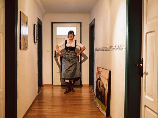Kabarettistin Eva Karl-Faltermeier im Dirndl 1