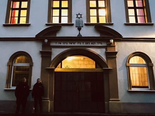 Polizisten vor der Synagoge in Amberg