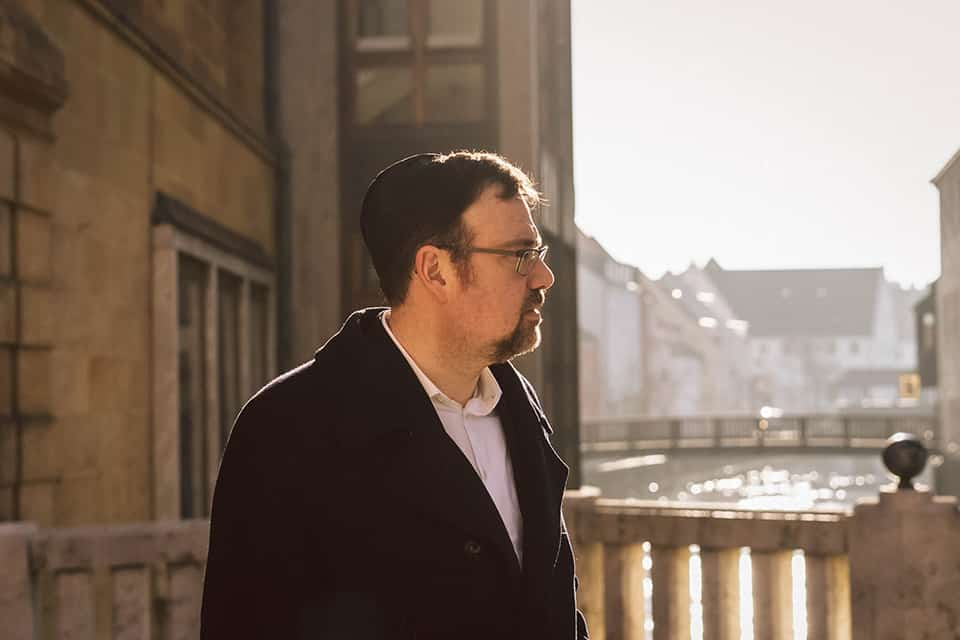 Rabbi Elias läuft durch die Amberger Innenstadt
