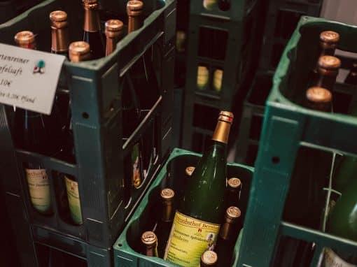 Blick auf Saftflaschen