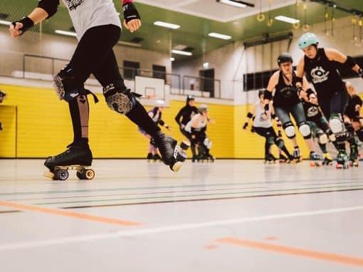 Roller Derby Spielerinnen in Aktion