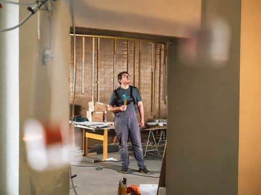 Marco steht auf seiner Baustelle