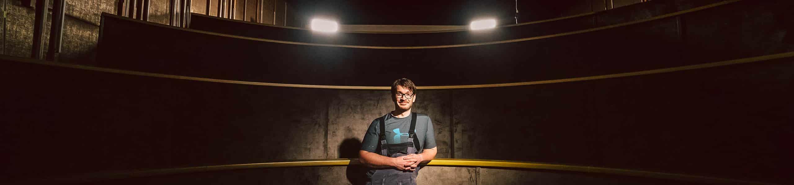 Marco Knott steht im alten Kino seines Opas in Bärnau