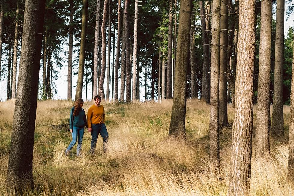Marco und seine Freundin gehen im Wald spazieren