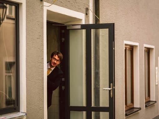 Marco steht an der Tür seines Schlosstheaters