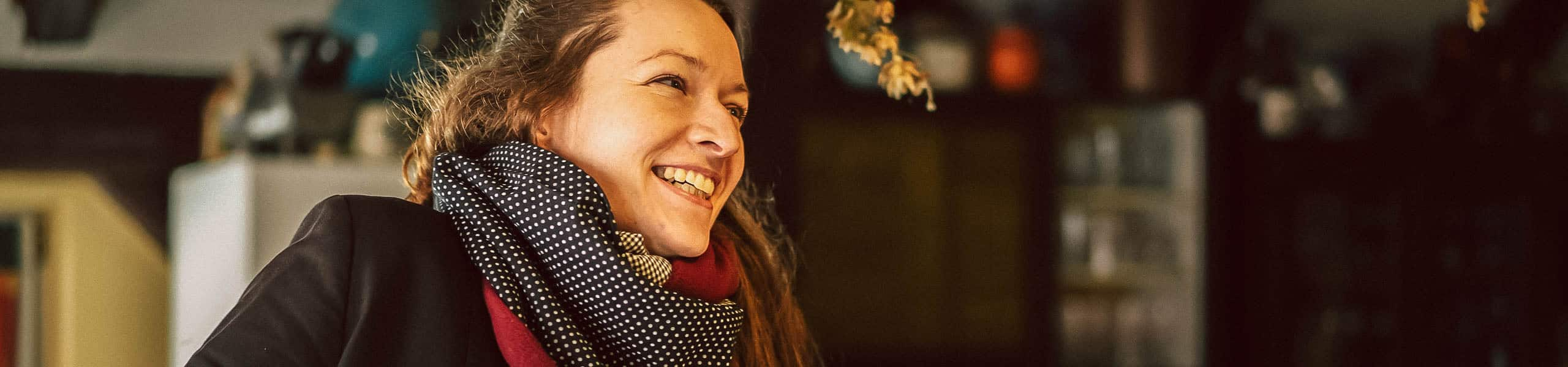 Maria Rammelmeier steht in ihrem Kulturstadl in Lauterhofen