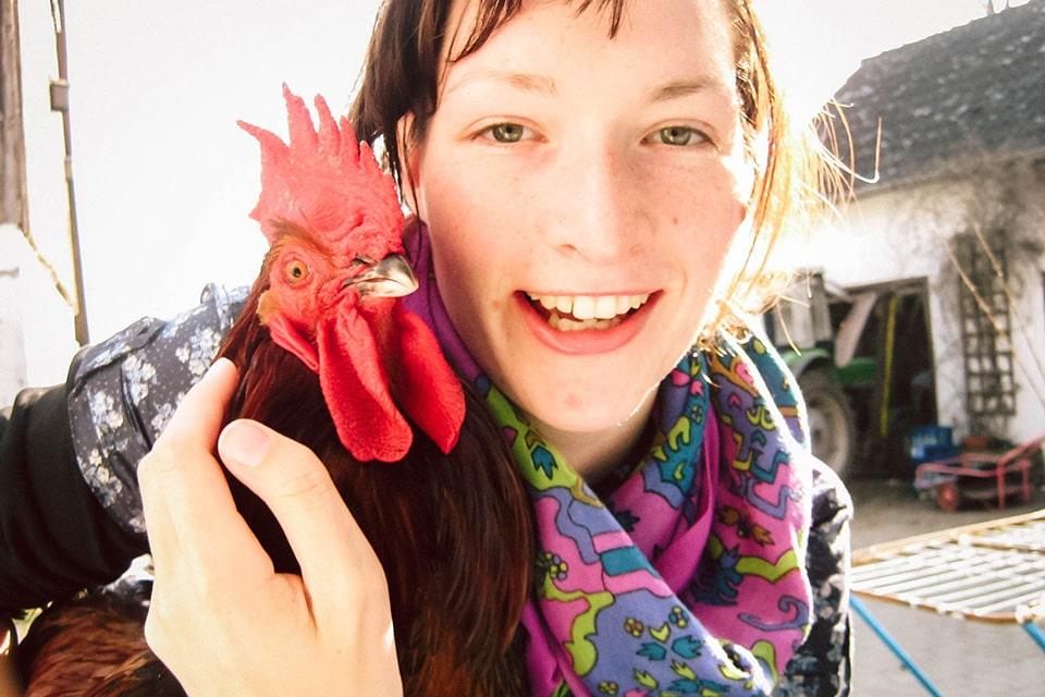 Maria hat einen Hahn auf der Schulter