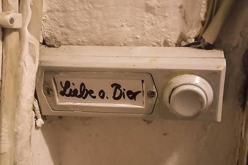 """Klingelschild mit dem Text """"Liebe oder Bier"""""""
