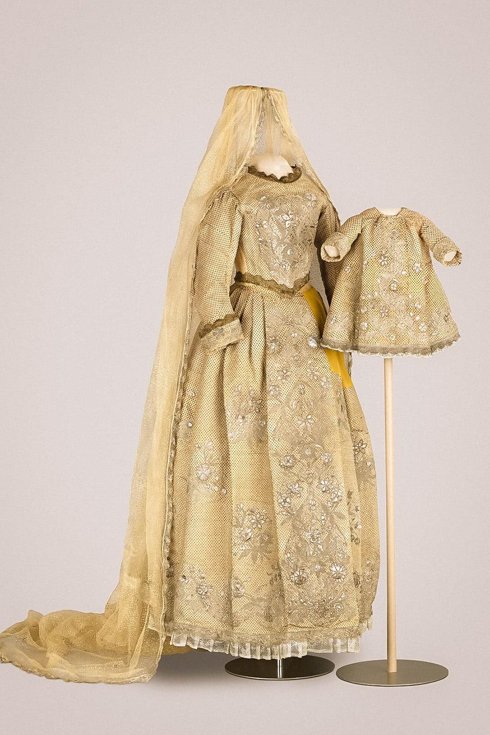 Kleid der Ex-Königin Marie umgearbeitet für die Muttergottes m