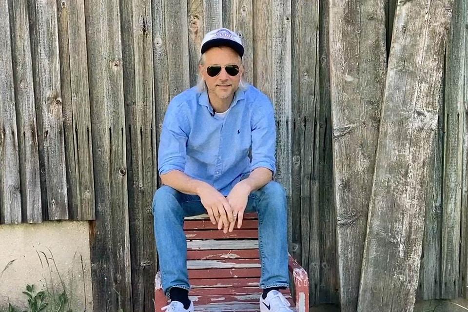 Fabian Lutz sitzt vor einer Scheune