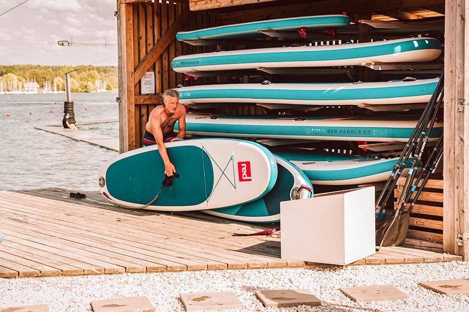 Leihboards im Wild Wake Park am Steinberger See
