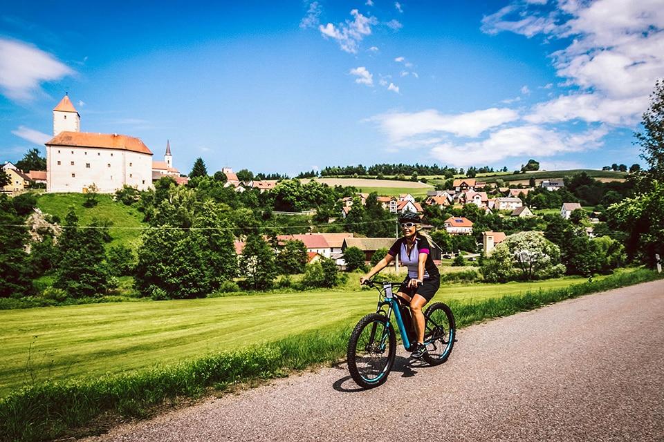 Radfahrerin vor der Burg Trausnitz im Landkreis Schwandorf
