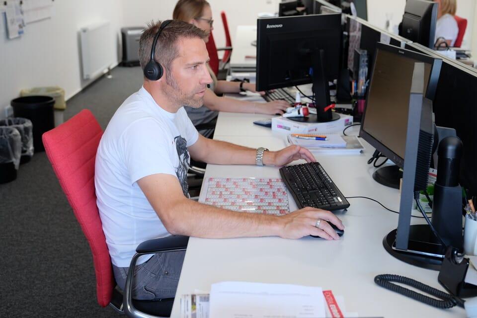 Ghost-Mitarbeiter Oliver Ernstberger am Schreibtisch