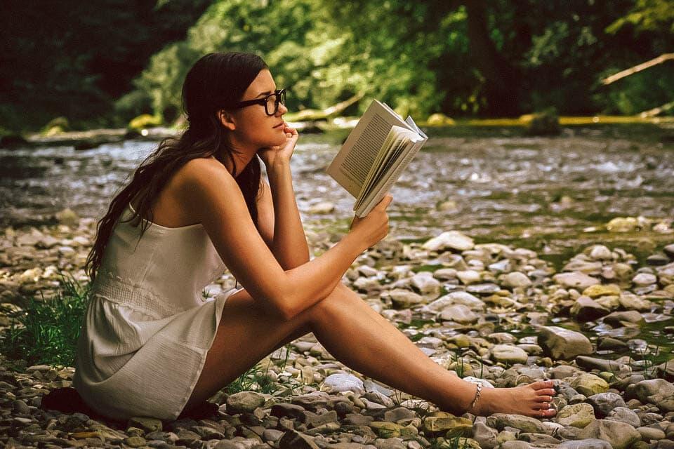 Mit einem Buch in die Natur