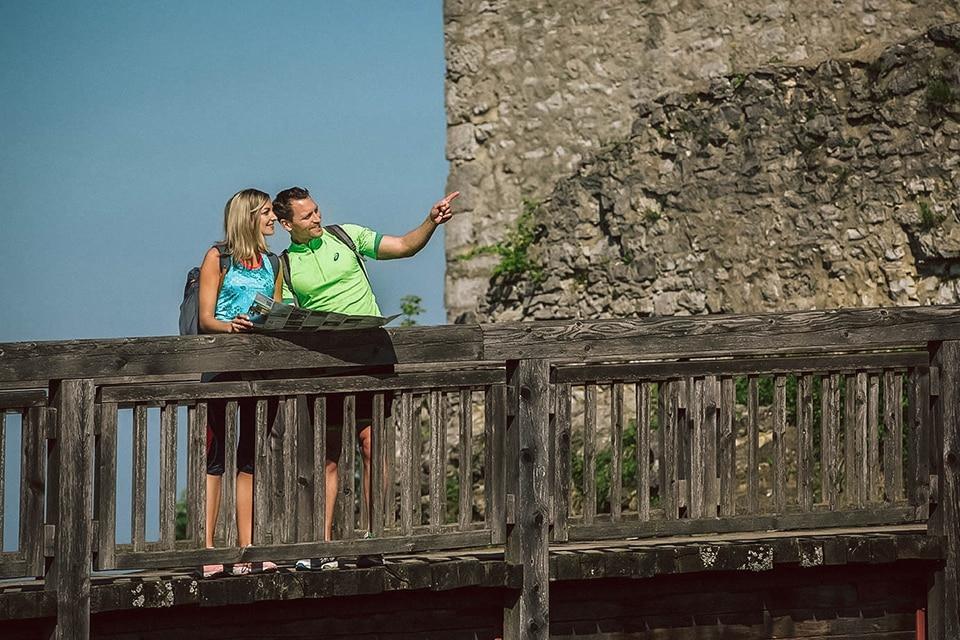 Paar bei einem Ausflug auf die Burgruine Wolfstein
