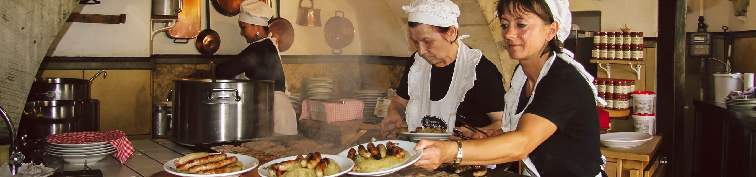 Zwei Frauen grillen in der Regensburger Wurstküche