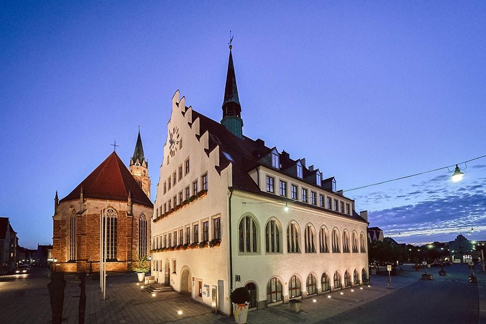 Das Neumarkter Rathaus bei Nacht