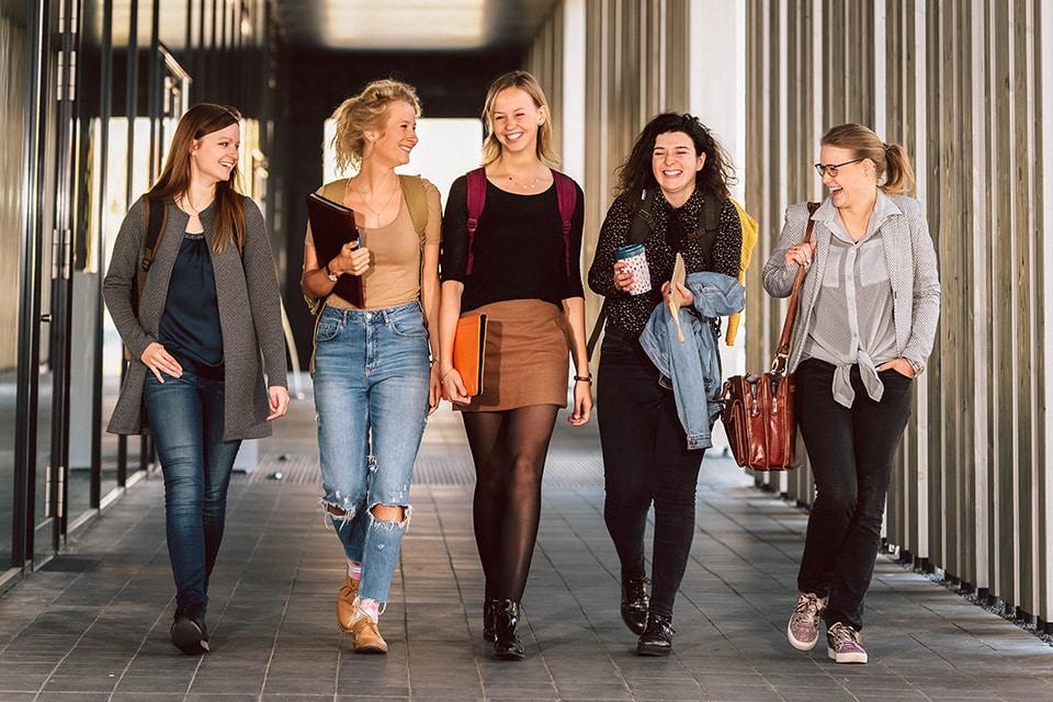 Studentinnen laufen über den Campus der OTH Amberg-Weiden