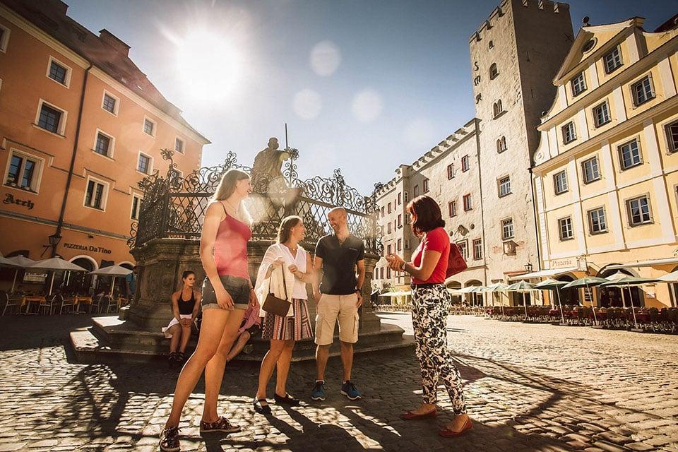 Gruppe steht auf dem Haisplatz in Regensburg
