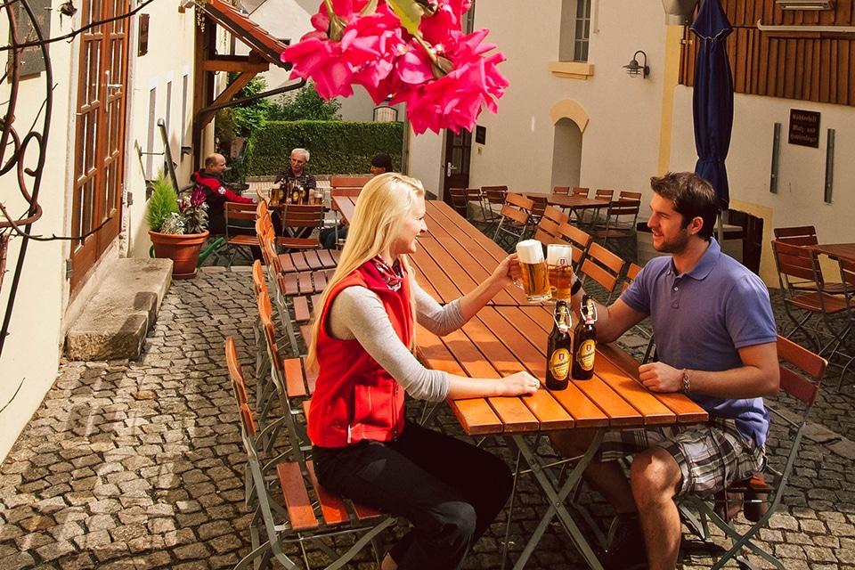Zuprosten im Biergarten von Heberbräu in Kirchenthumbach