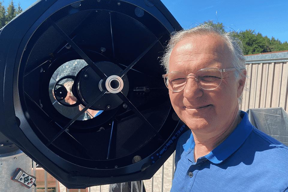 Erst wenn die Sonne nicht mehr blendet und der Mond ihren Platz am dunklen Himmel eingenommen hat, gibt das Sternwartenteleskop den Blick auf Planetenmonde, ausgedehnte Gasnebel, Kugelsternhaufen, Supernovaüberreste und Millionen Lichtjahre entfernte Galaxien frei. Prof. Dr. Matthias Mändl erforscht diese mit seinen Vereinskolleg:innen und Gästen der Sternwarte.